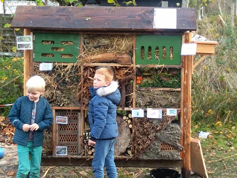 Insekthotel i Guldbæk. Et samarbejde mellem Bæredygtig Læring og borgere fra Guldbæk. Finansieret af 'Grønt Guld'